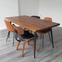 Tafel en stoelen