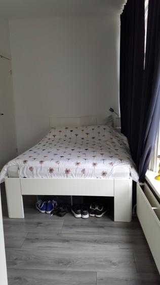 Een hoog bed, opdat ik er zooi onder kan stallen